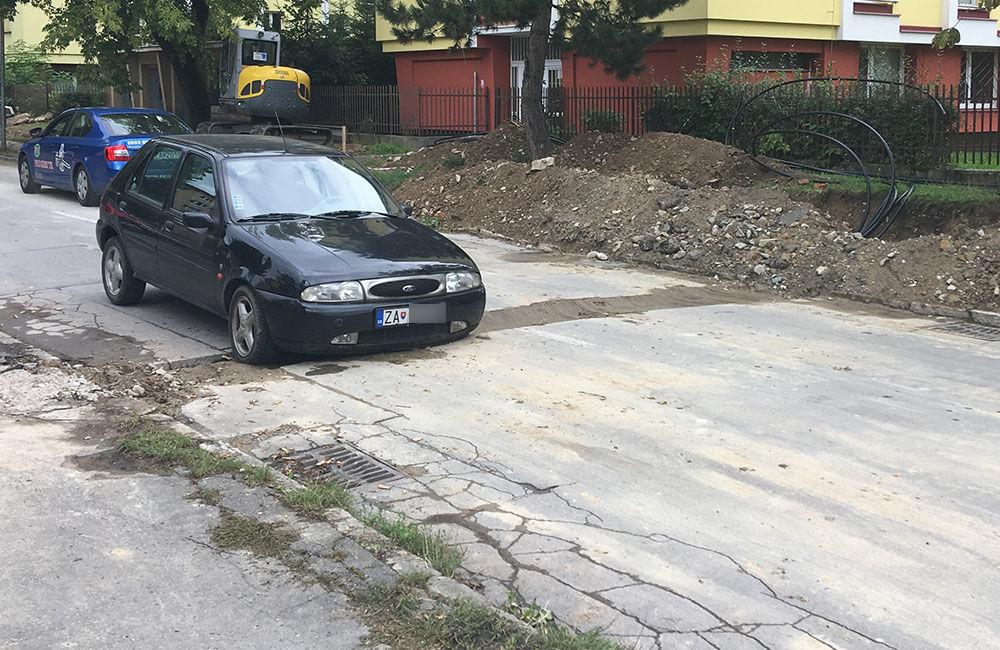 AKTUÁLNE: Vo výkopoch na sídlisku Hliny si ľudia poškodzujú vozidlá, zvýšte opatrnosť, foto 2