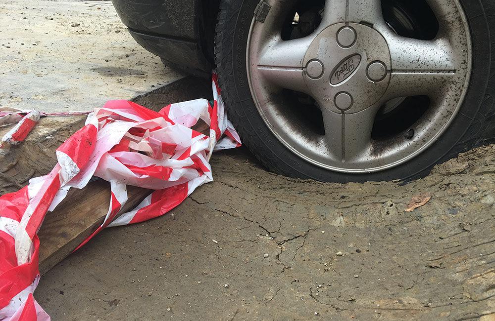 AKTUÁLNE: Vo výkopoch na sídlisku Hliny si ľudia poškodzujú vozidlá, zvýšte opatrnosť, foto 5