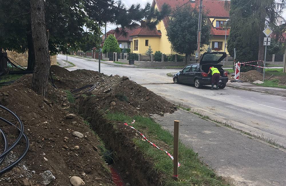 AKTUÁLNE: Vo výkopoch na sídlisku Hliny si ľudia poškodzujú vozidlá, zvýšte opatrnosť, foto 7