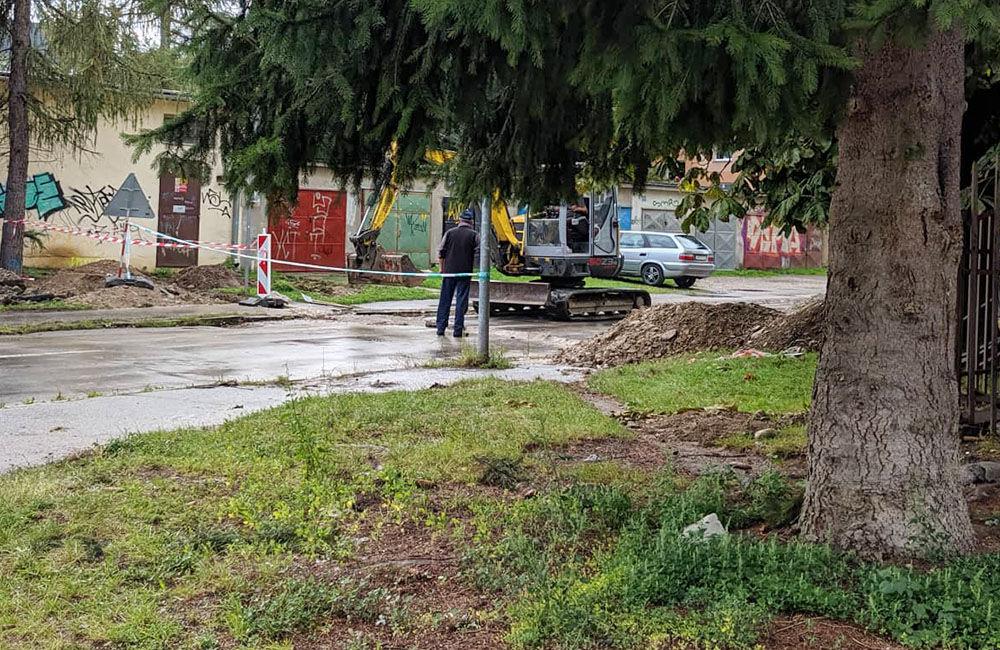AKTUÁLNE: Vo výkopoch na sídlisku Hliny si ľudia poškodzujú vozidlá, zvýšte opatrnosť, foto 13