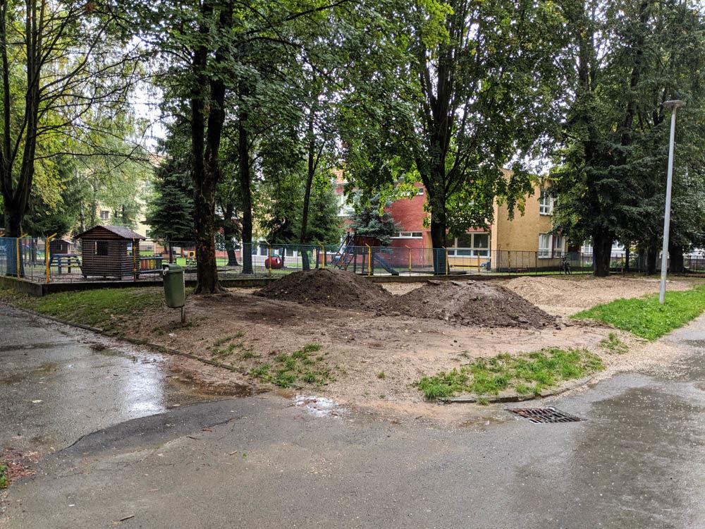 FOTO:Na Puškinovej ulici v Žiline odstránili detské ihrisko, ktoré mali obyvatelia priamo pod oknami, foto 1