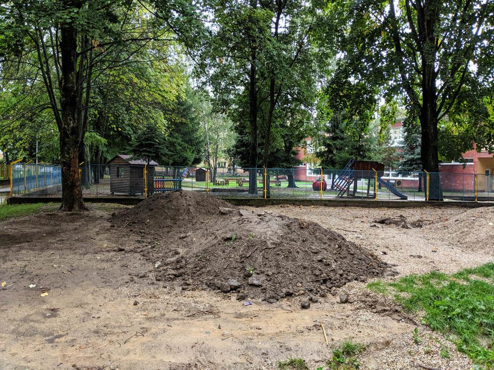 FOTO:Na Puškinovej ulici v Žiline odstránili detské ihrisko, ktoré mali obyvatelia priamo pod oknami, foto 2