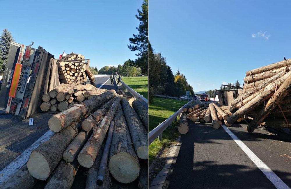FOTO: Na diaľnici medzi Ružomberkom a Liptovským Mikulášom sa prevrátil kamión s drevom, foto 1