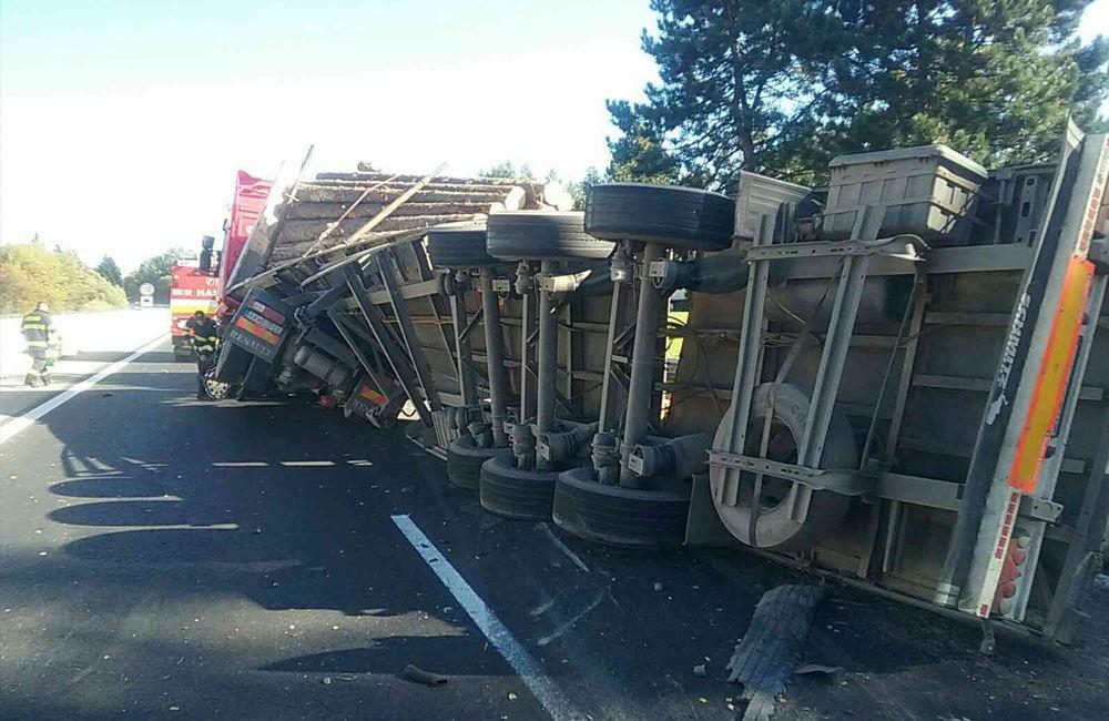 FOTO: Na diaľnici medzi Ružomberkom a Liptovským Mikulášom sa prevrátil kamión s drevom, foto 3