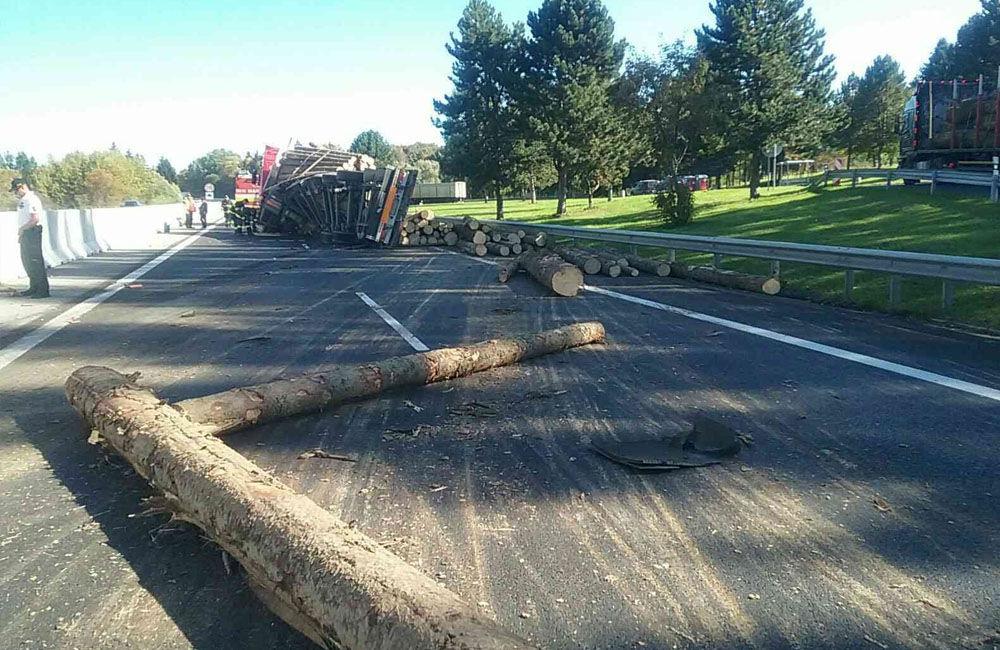 FOTO: Na diaľnici medzi Ružomberkom a Liptovským Mikulášom sa prevrátil kamión s drevom, foto 4