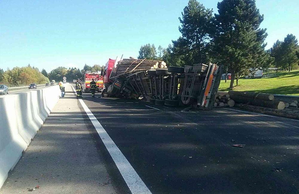 FOTO: Na diaľnici medzi Ružomberkom a Liptovským Mikulášom sa prevrátil kamión s drevom, foto 5
