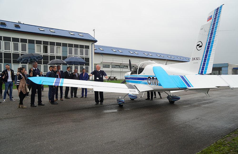 Žilinská univerzita má dve najmodernejšie lietadlá Zlín Z-242L, foto 9