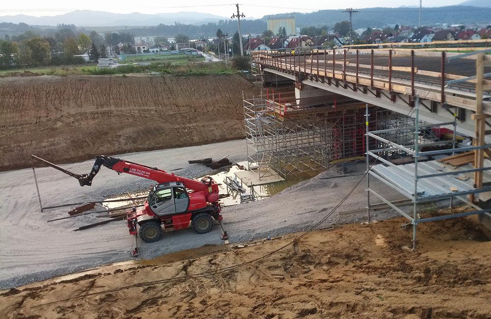FOTO: Most ponad diaľničný privádzač v Bytčici je postavený, foto 2