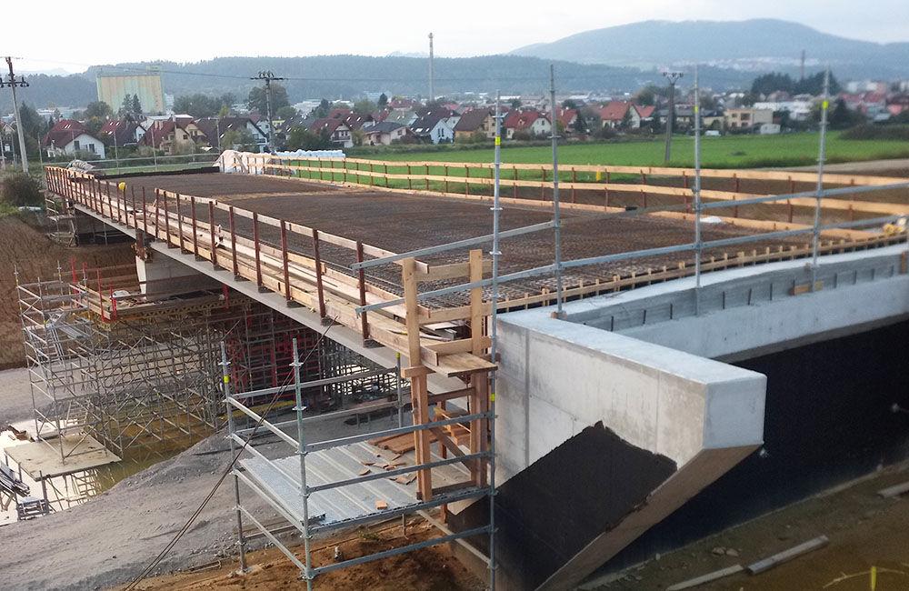 FOTO: Most ponad diaľničný privádzač v Bytčici je postavený, foto 4