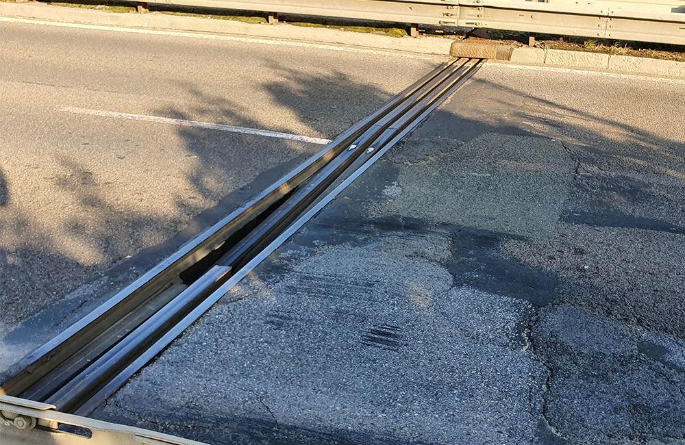 FOTO: Vodiči jazdiaci po ulici Na Horevaží zvýšte opatrnosť, mostný záver je výrazne poškodený, foto 1