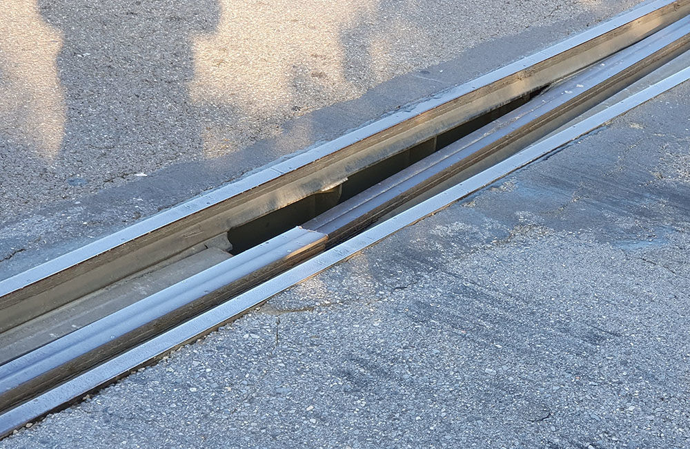 FOTO: Vodiči jazdiaci po ulici Na Horevaží zvýšte opatrnosť, mostný záver je výrazne poškodený, foto 2
