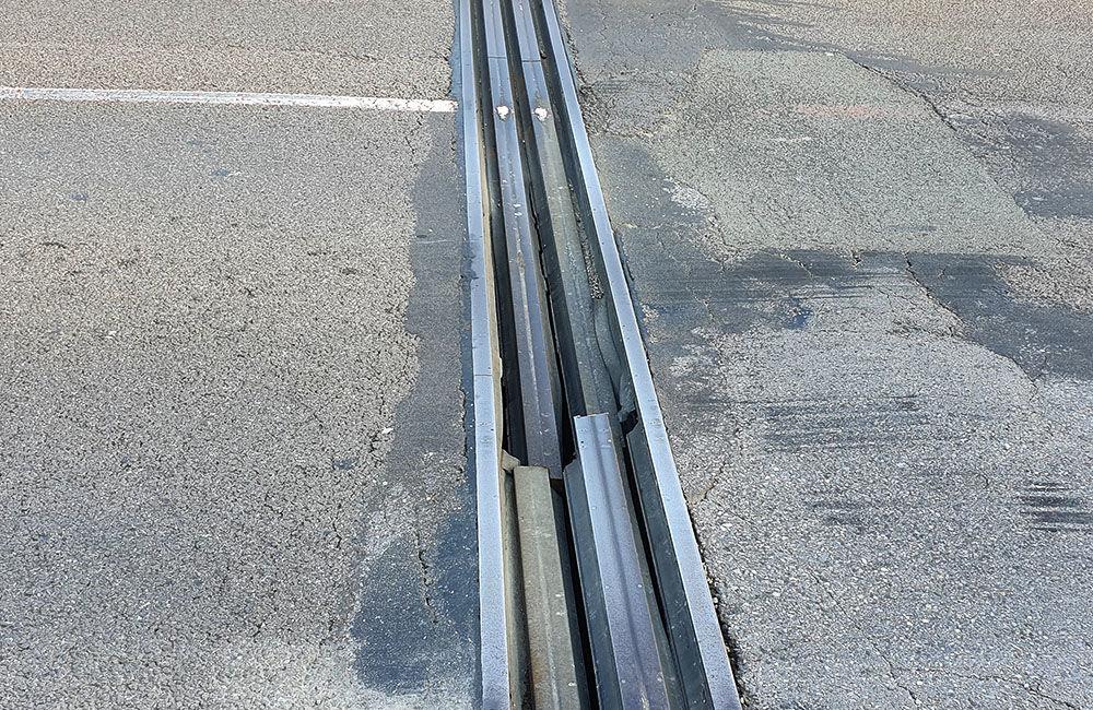 FOTO: Vodiči jazdiaci po ulici Na Horevaží zvýšte opatrnosť, mostný záver je výrazne poškodený, foto 4