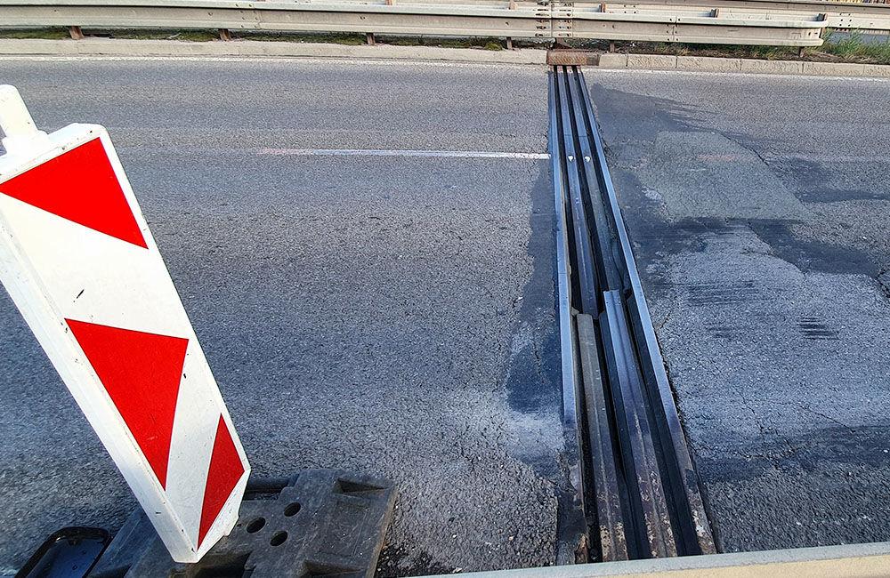 FOTO: Vodiči jazdiaci po ulici Na Horevaží zvýšte opatrnosť, mostný záver je výrazne poškodený, foto 5