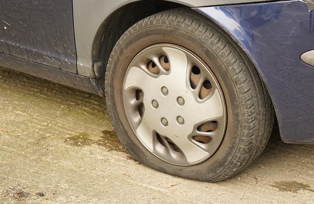 Neznámy páchateľ opäť poškodzoval pneumatiky zaparkovaných áut na ulici Osiková, foto 4