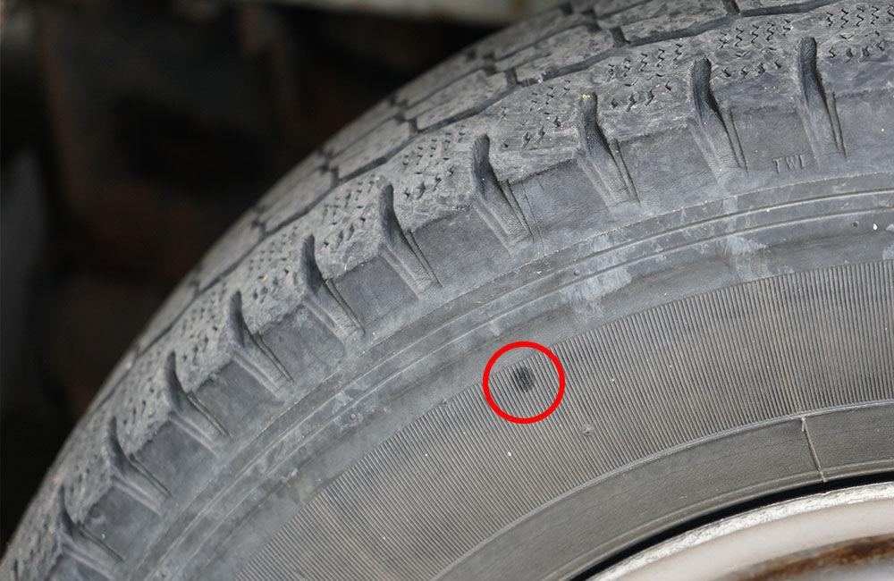 Neznámy páchateľ opäť poškodzoval pneumatiky zaparkovaných áut na ulici Osiková, foto 12