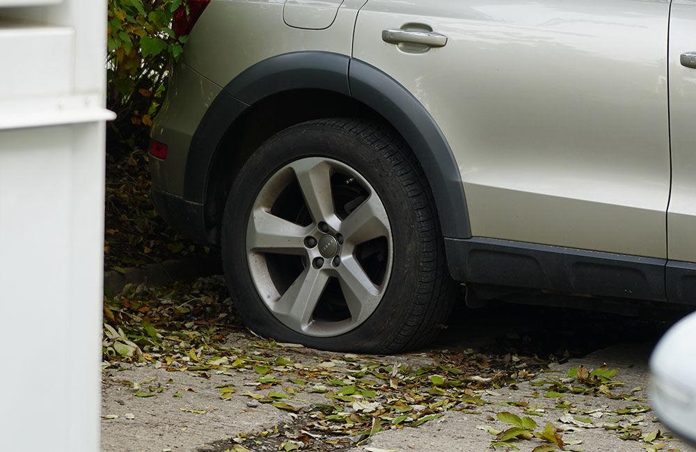 Neznámy páchateľ opäť poškodzoval pneumatiky zaparkovaných áut na ulici Osiková, foto 6