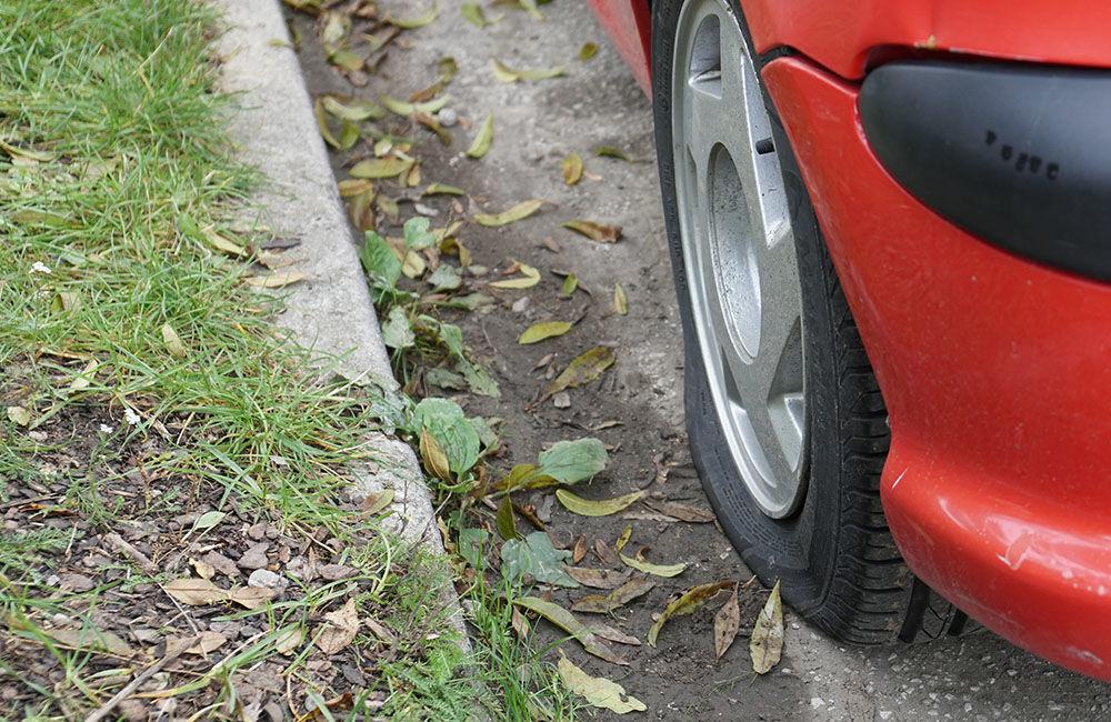 Neznámy páchateľ opäť poškodzoval pneumatiky zaparkovaných áut na ulici Osiková, foto 3