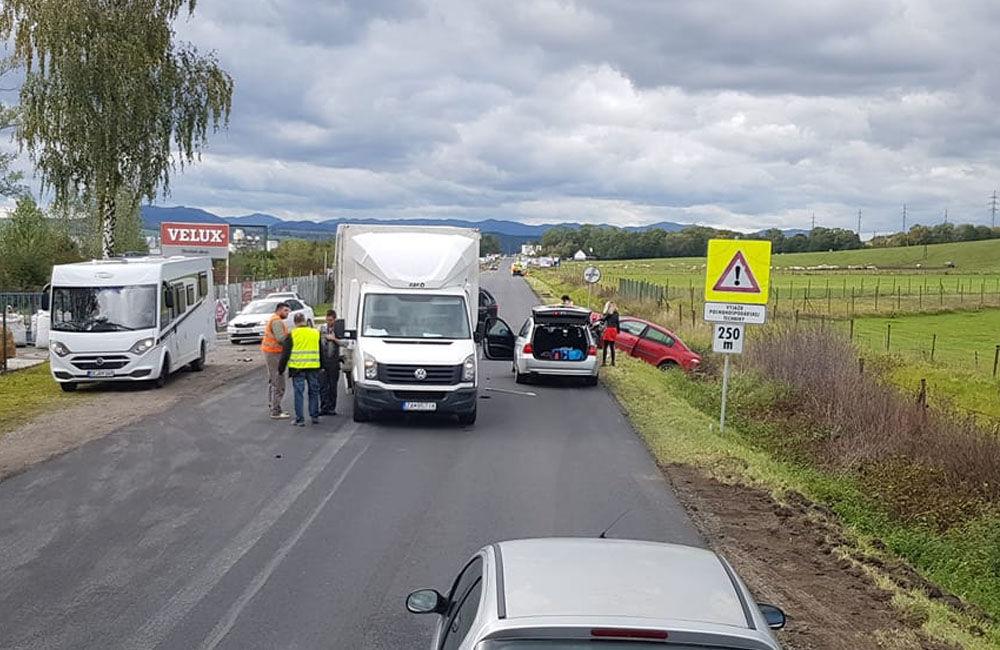 FOTO: Pri obci Varín došlo k zrážke troch áut a dodávky, cesta je neprejazdná, foto 5
