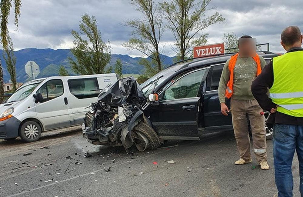 FOTO: Pri obci Varín došlo k zrážke troch áut a dodávky, cesta je neprejazdná, foto 6