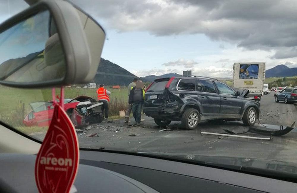 FOTO: Pri obci Varín došlo k zrážke troch áut a dodávky, cesta je neprejazdná, foto 2