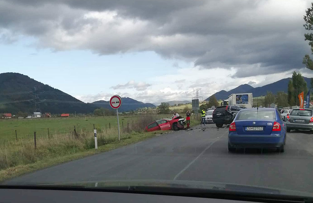 FOTO: Pri obci Varín došlo k zrážke troch áut a dodávky, cesta je neprejazdná, foto 1