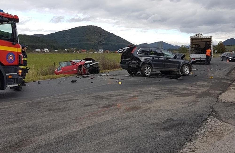 FOTO: Pri obci Varín došlo k zrážke troch áut a dodávky, cesta je neprejazdná, foto 9