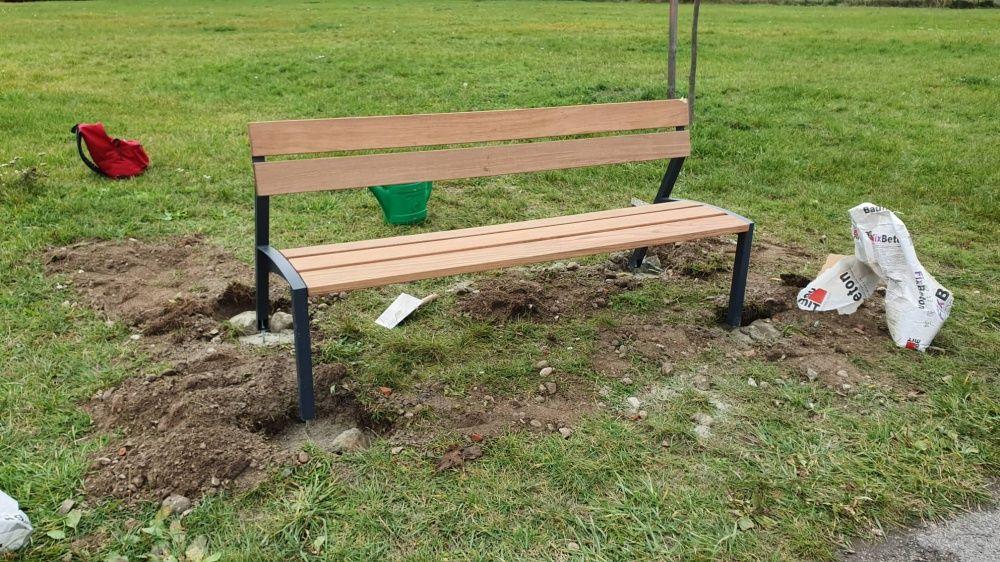 FOTO: Na začiatku Vodného diela v Žiline menia dobrovoľníci lavičky za nové, foto 1
