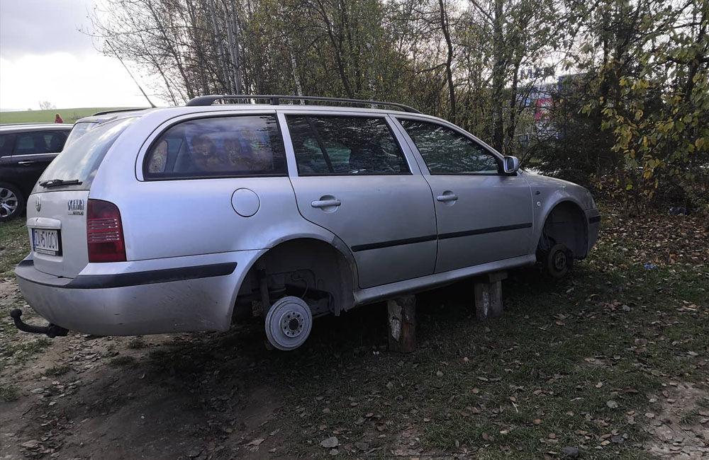 FOTO: Z osobného auta odstaveného na okraji sídliska Solinky odcudzili kolesá, foto 2