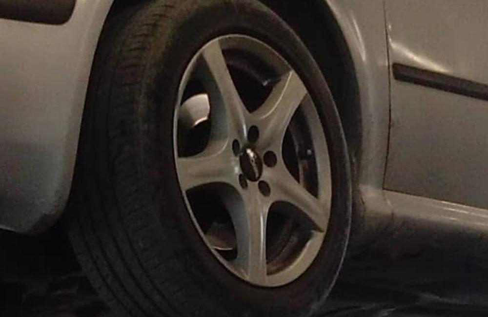 FOTO: Z osobného auta odstaveného na okraji sídliska Solinky odcudzili kolesá, foto 3