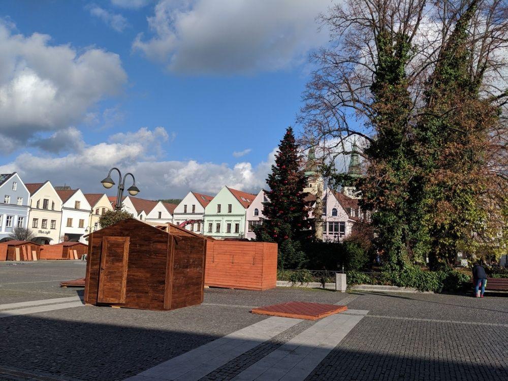FOTO: Na Mariánskom námestí už pripravujú stánky a zdobia vianočný stromček, foto 2