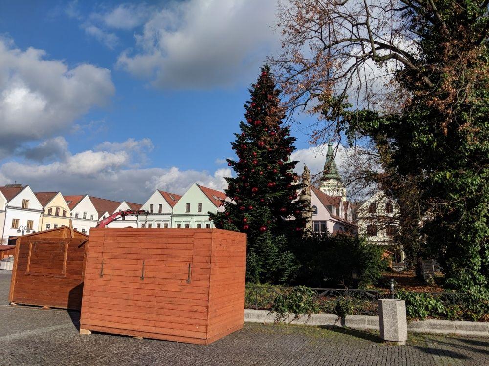 FOTO: Na Mariánskom námestí už pripravujú stánky a zdobia vianočný stromček, foto 3