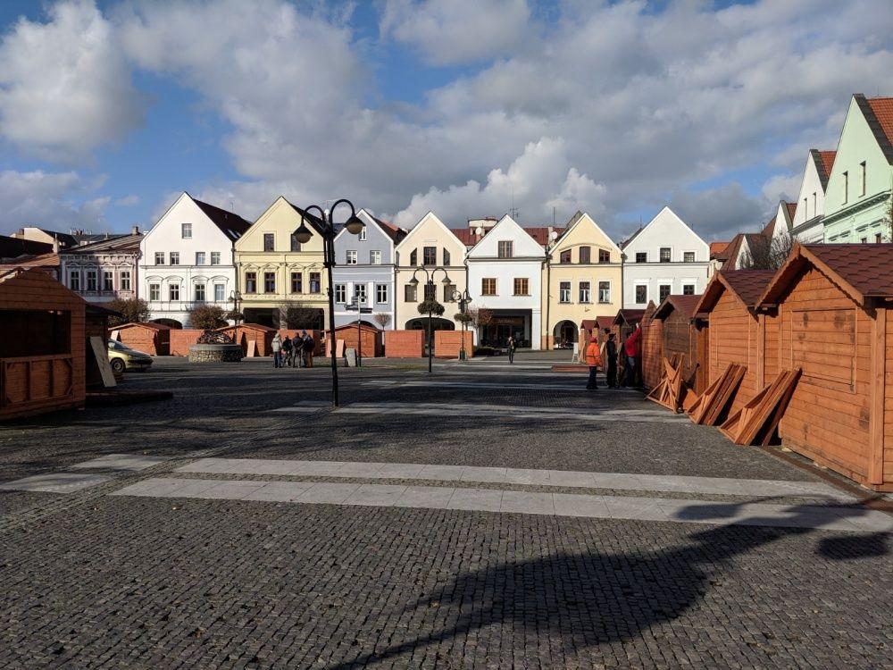 FOTO: Na Mariánskom námestí už pripravujú stánky a zdobia vianočný stromček, foto 6