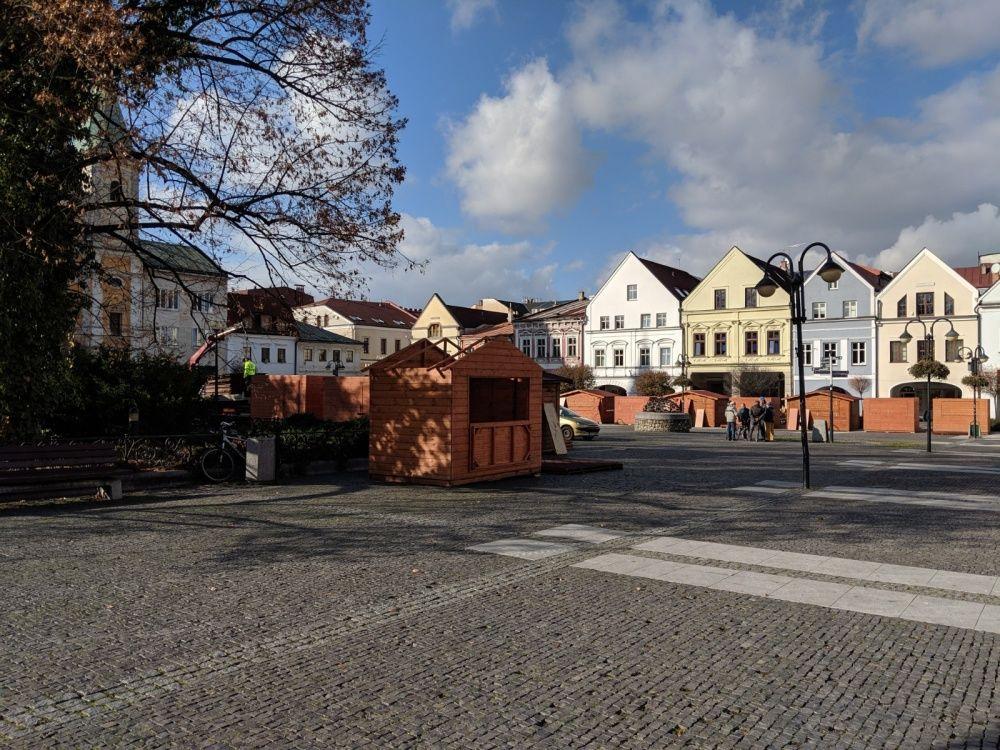 FOTO: Na Mariánskom námestí už pripravujú stánky a zdobia vianočný stromček, foto 7