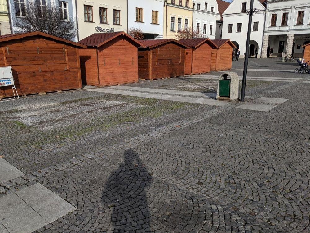 FOTO: Na Mariánskom námestí dočasne odstránili lavičky v priestore pre Vianočné trhy, foto 2