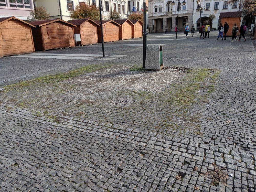 FOTO: Na Mariánskom námestí dočasne odstránili lavičky v priestore pre Vianočné trhy, foto 4