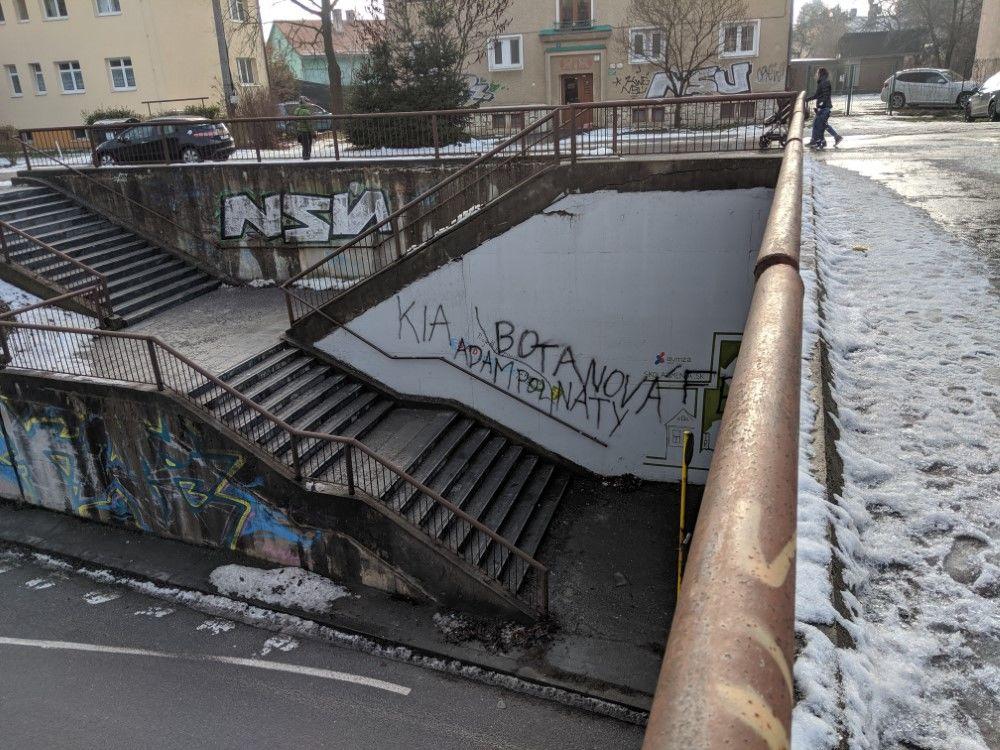 FOTO: Časť maľby na zastávke Bernolákova zničili vandali presprejovaním, foto 2