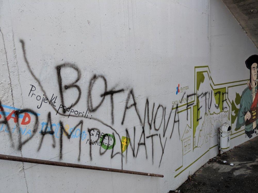 FOTO: Časť maľby na zastávke Bernolákova zničili vandali presprejovaním, foto 3