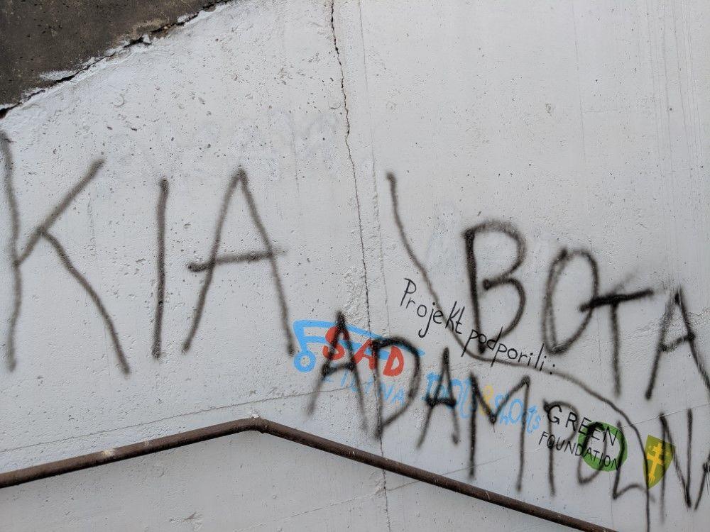 FOTO: Časť maľby na zastávke Bernolákova zničili vandali presprejovaním, foto 4