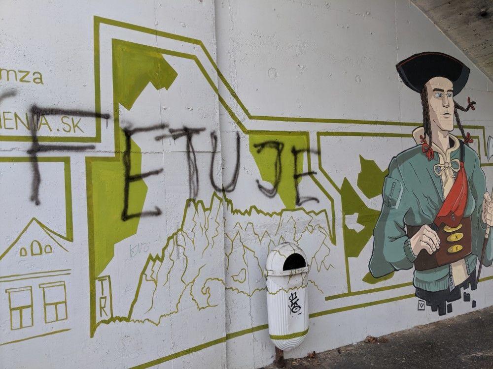 FOTO: Časť maľby na zastávke Bernolákova zničili vandali presprejovaním, foto 1