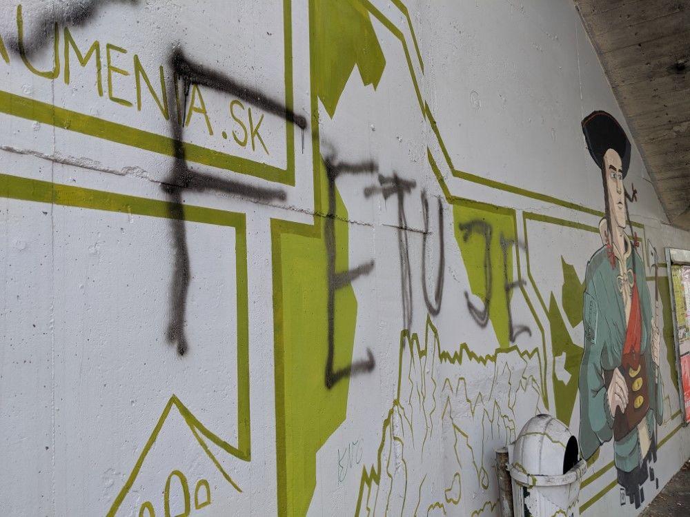 FOTO: Časť maľby na zastávke Bernolákova zničili vandali presprejovaním, foto 5