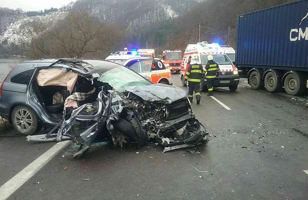 FOTO: Dopravná nehoda v Kraľovanoch dnes odstavila premávku na frekventovanom cestnom ťahu, foto 1