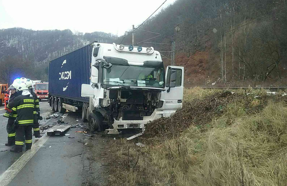 FOTO: Dopravná nehoda v Kraľovanoch dnes odstavila premávku na frekventovanom cestnom ťahu, foto 3