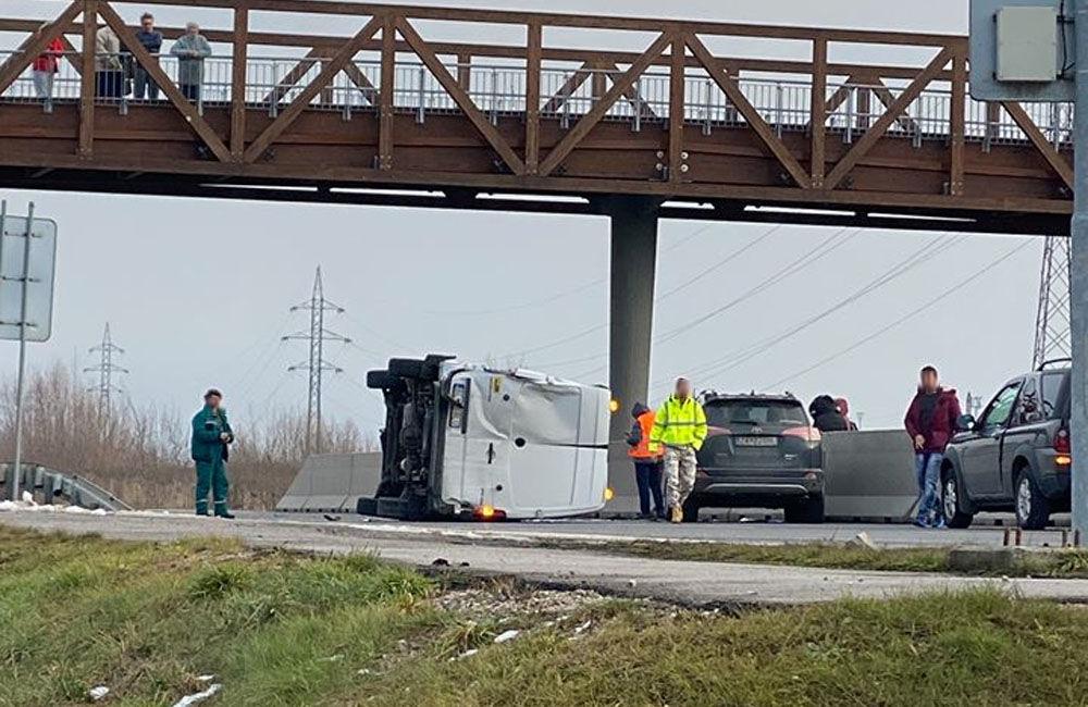 FOTO: Pri Tepličke nad Váhom došlo k dopravnej nehode, cesta je uzavretá, foto 1