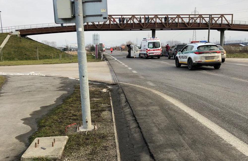 FOTO: Pri Tepličke nad Váhom došlo k dopravnej nehode, cesta je uzavretá, foto 4