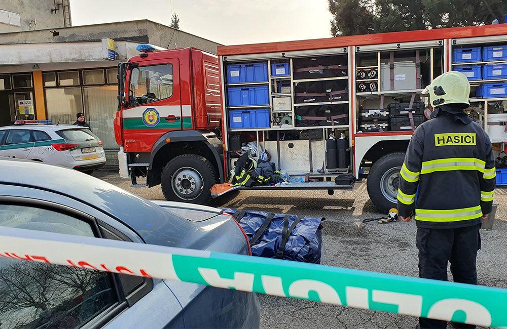 FOTO: Na pošte v Tepličke nad Váhom zasahujú záchranné zložky, má ísť o podozrivú zásielku , foto 2