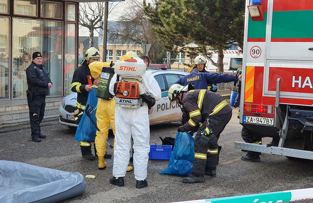 FOTO: Na pošte v Tepličke nad Váhom zasahujú záchranné zložky, má ísť o podozrivú zásielku , foto 4