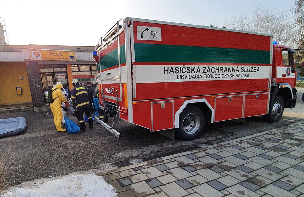 FOTO: Na pošte v Tepličke nad Váhom zasahujú záchranné zložky, má ísť o podozrivú zásielku , foto 5