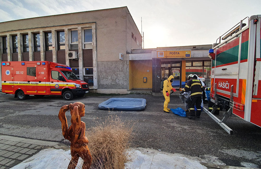 FOTO: Na pošte v Tepličke nad Váhom zasahujú záchranné zložky, má ísť o podozrivú zásielku , foto 6