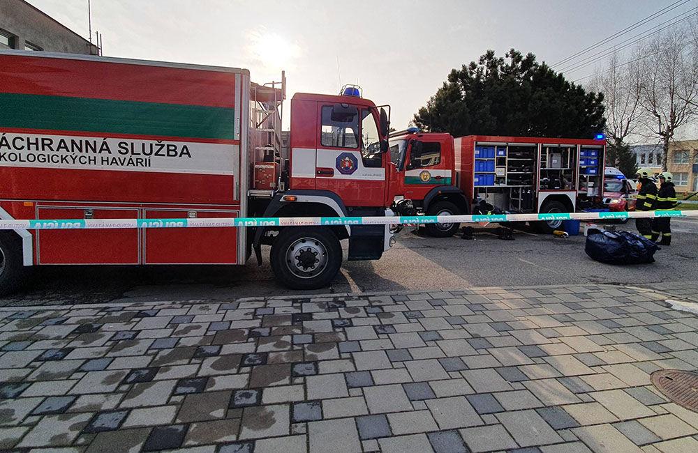 FOTO: Na pošte v Tepličke nad Váhom zasahujú záchranné zložky, má ísť o podozrivú zásielku , foto 9