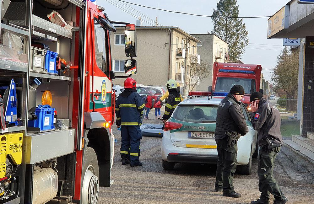 FOTO: Na pošte v Tepličke nad Váhom zasahujú záchranné zložky, má ísť o podozrivú zásielku , foto 11